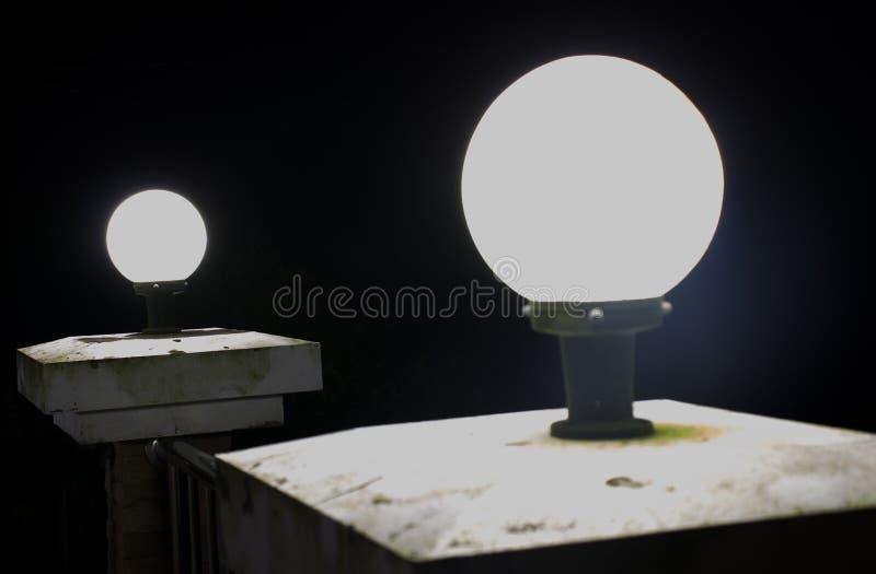 Lámpara en la noche imagenes de archivo