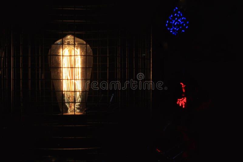 Lámpara en la oscuridad foto de archivo