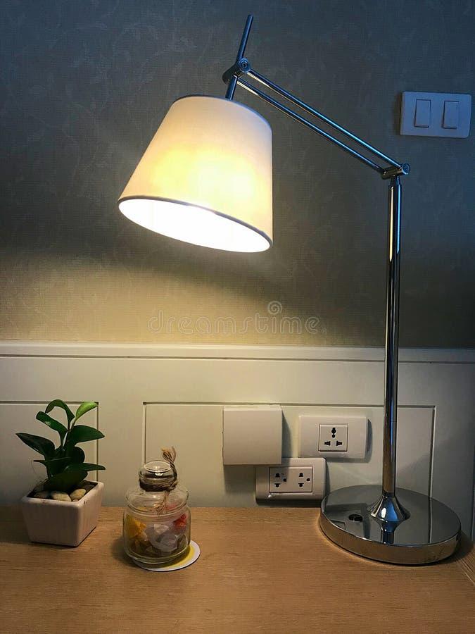 Lámpara en la tabla de funcionamiento foto de archivo
