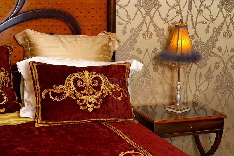 Lámpara en un dormitorio fotografía de archivo libre de regalías