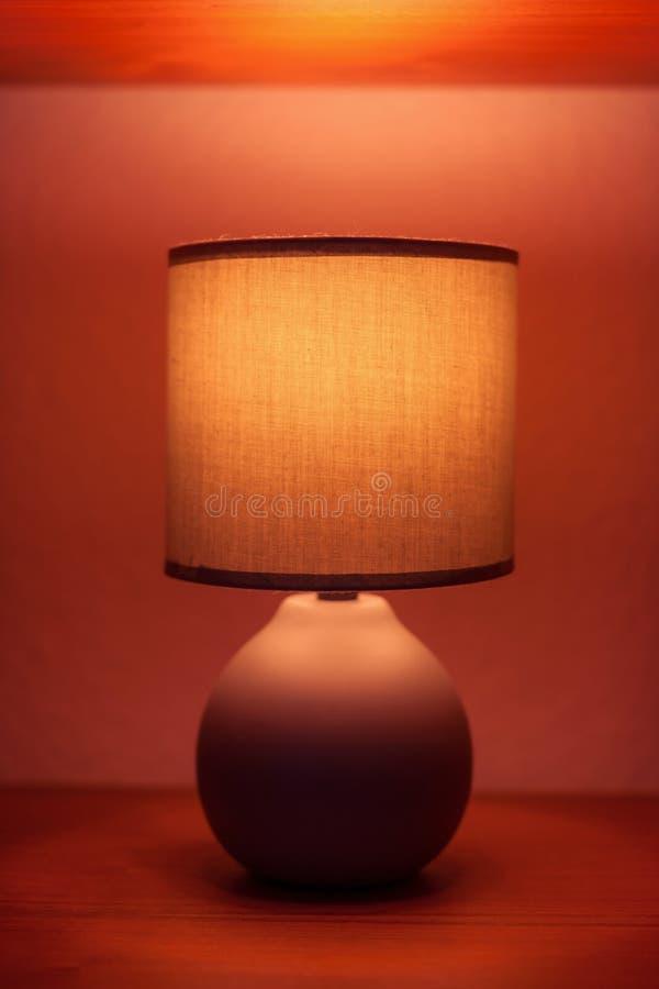 Lámpara en un estante fotografía de archivo