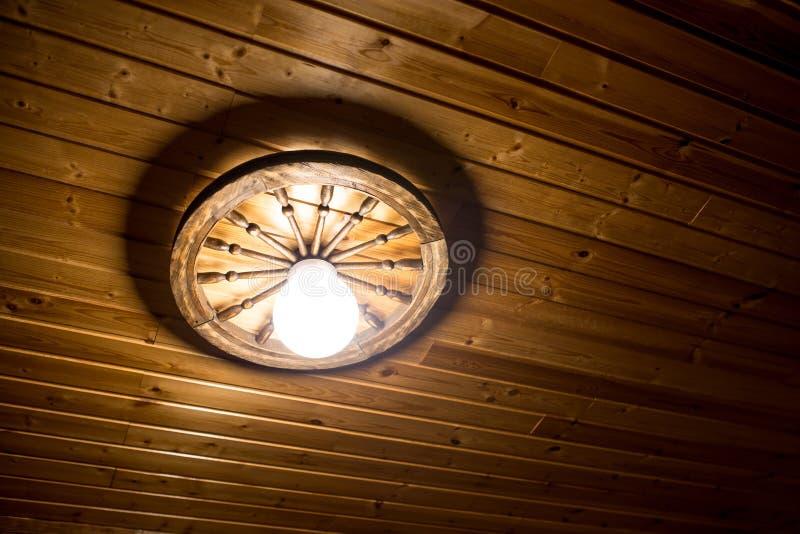 Lámpara en un techo de madera foto de archivo libre de regalías