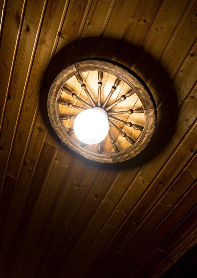 Lámpara en un techo de madera imagen de archivo libre de regalías