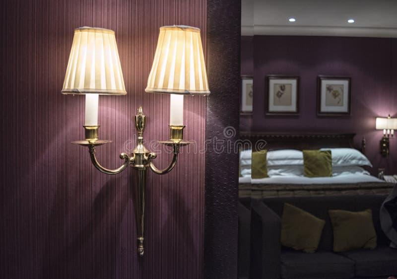 Lámpara en una pared en un dormitorio fotografía de archivo libre de regalías