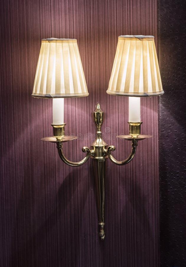 Lámpara en una pared en un dormitorio imagen de archivo