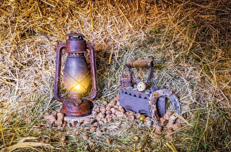 Lámpara encendida rojo de la linterna del aceite del keroseno del vintage imágenes de archivo libres de regalías
