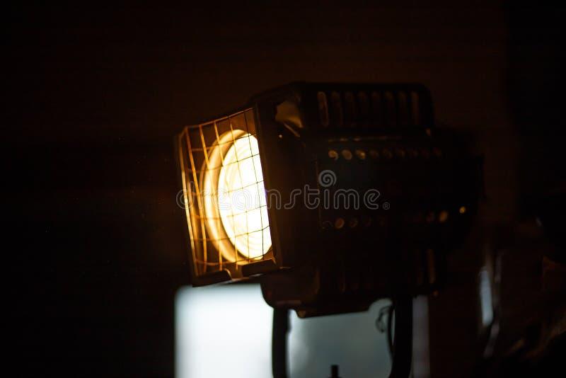 Lámpara enorme del proyector de la etapa de un teatro con un color amarillo caliente fotografía de archivo libre de regalías