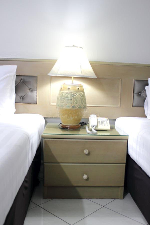 Lámpara fresca en sitio de la cama imagenes de archivo