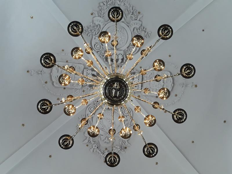 Lámpara gigante hermosa en una iglesia imágenes de archivo libres de regalías
