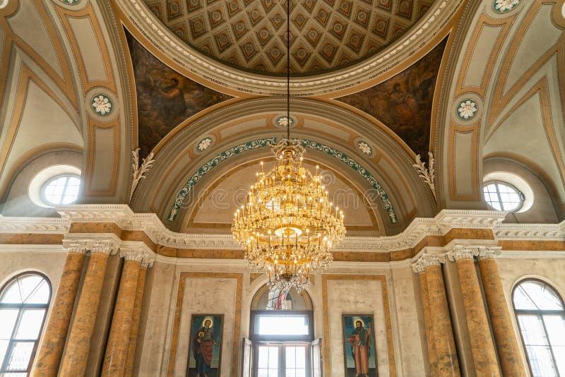 Lámpara grande en la iglesia ortodoxa imagen de archivo libre de regalías