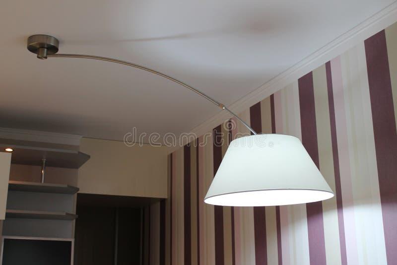 Lámpara grande moderna que cuelga sobre la mesa de comedor en la cocina imagen de archivo libre de regalías