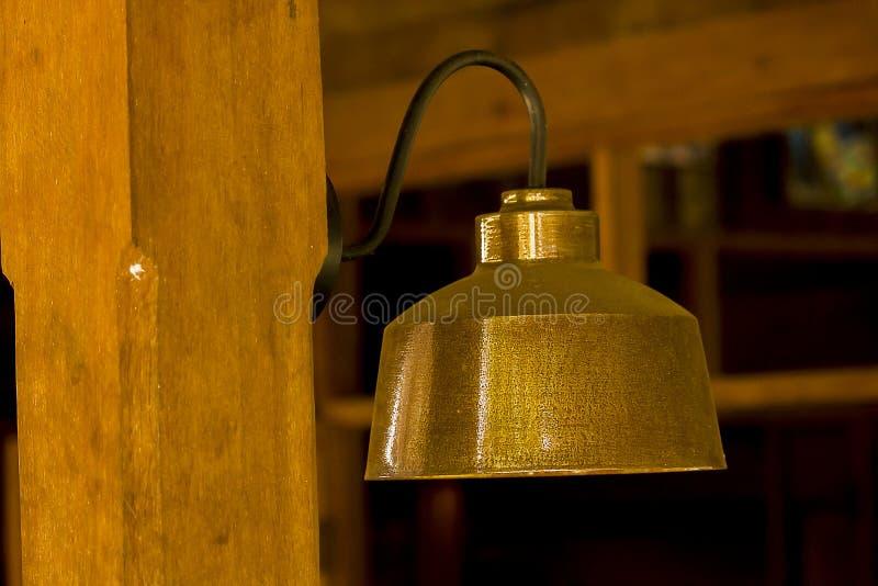 Lámpara hecha del latón atado a la pared imagen de archivo libre de regalías