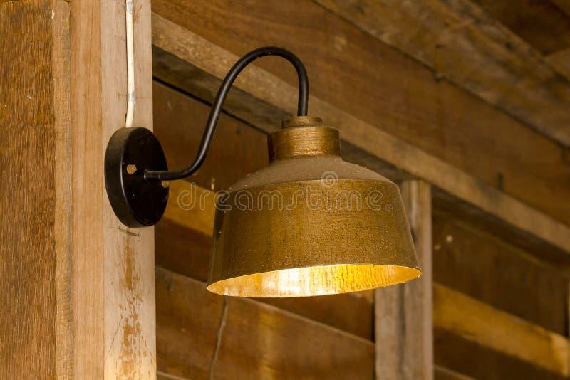 Lámpara hecha del latón atado a la pared fotografía de archivo