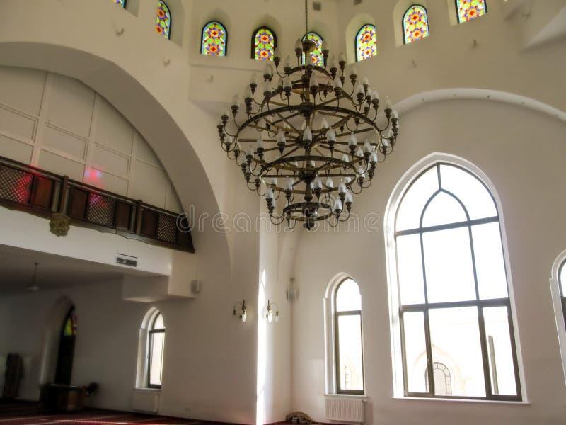 L?mpara hermosa decorativa grande con las porciones de luces en la mezquita AR-Rahma en Kiev imagen de archivo