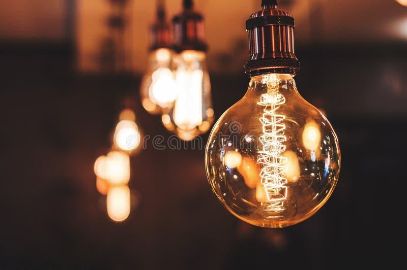 Lámpara incandescente en caffe imagen de archivo libre de regalías