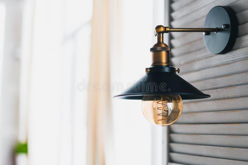 Lámpara incandescente retra en un estilo moderno del desván, lámpara de pared moderna fotos de archivo libres de regalías