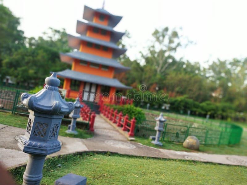 Lámpara japonesa con el edificio de la falta de definición visto y la naturaleza imágenes de archivo libres de regalías