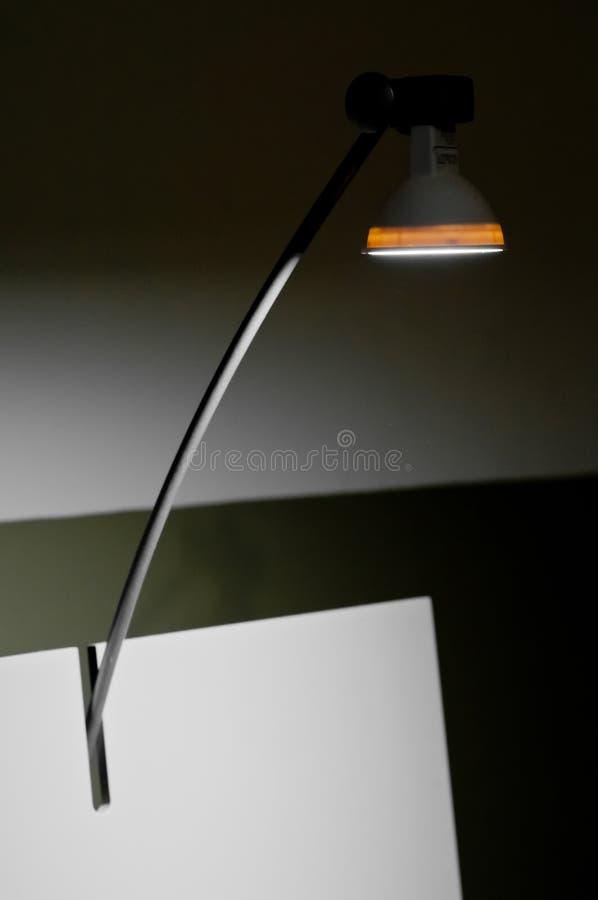 Lámpara ligera de dibujo moderna encima del tablero de dibujo blanco fotografía de archivo