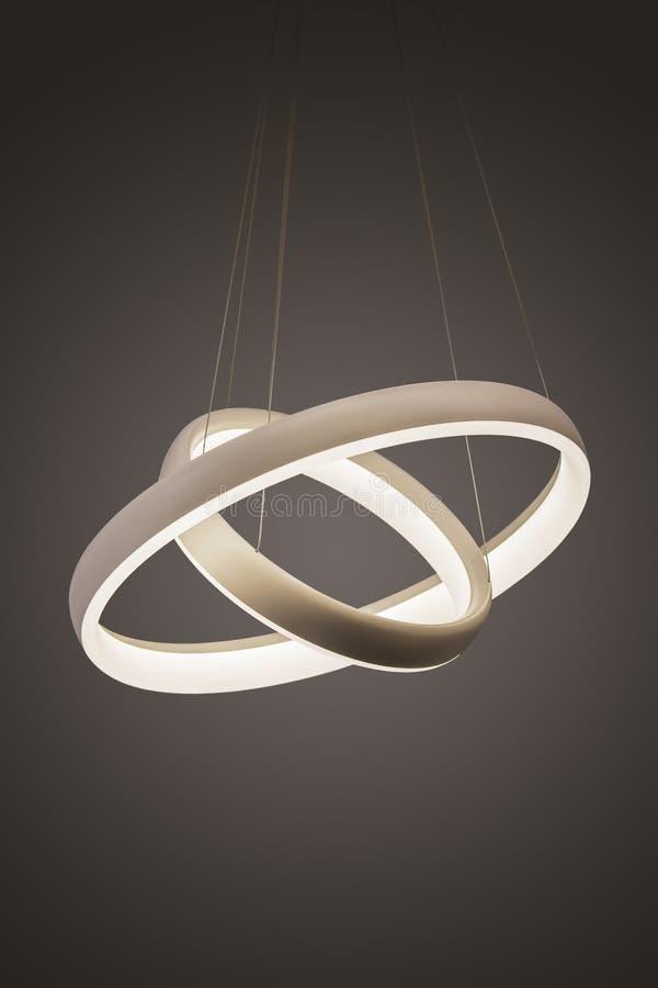 Lámpara ligera pendiente llevada moderna iluminada, lámpara de moda del diseñador bajo la forma de anillos imagen de archivo libre de regalías