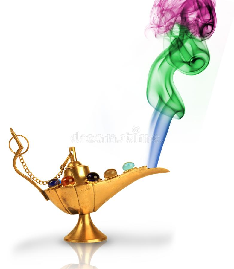Lámpara mágica de Aladdin con humo colorido fotos de archivo libres de regalías