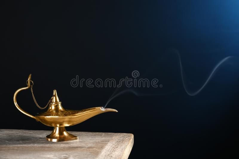 Lámpara mágica de Aladdin en la tabla foto de archivo libre de regalías