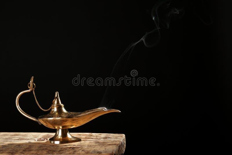 Lámpara mágica de Aladdin en la tabla imagenes de archivo