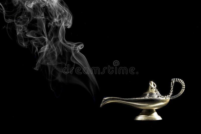 Lámpara mágica en fondo negro de la historia de Aladdin fotos de archivo libres de regalías