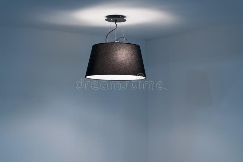 Lámpara moderna del techo que cuelga en el cuarto vacío fotografía de archivo