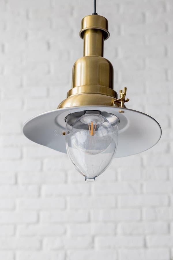 Lámpara moderna e industrial del estilo adornada en un área de recepción moderna del estilo Bombilla decorativa de edison en dise fotografía de archivo libre de regalías