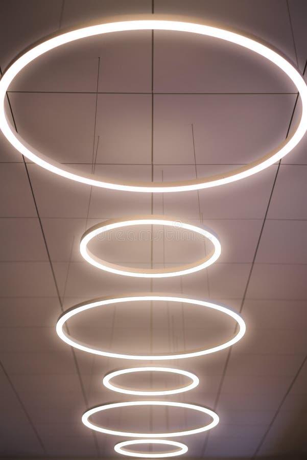 Lámpara moderna en el techo, línea, iluminación del anillo, interior fotos de archivo libres de regalías