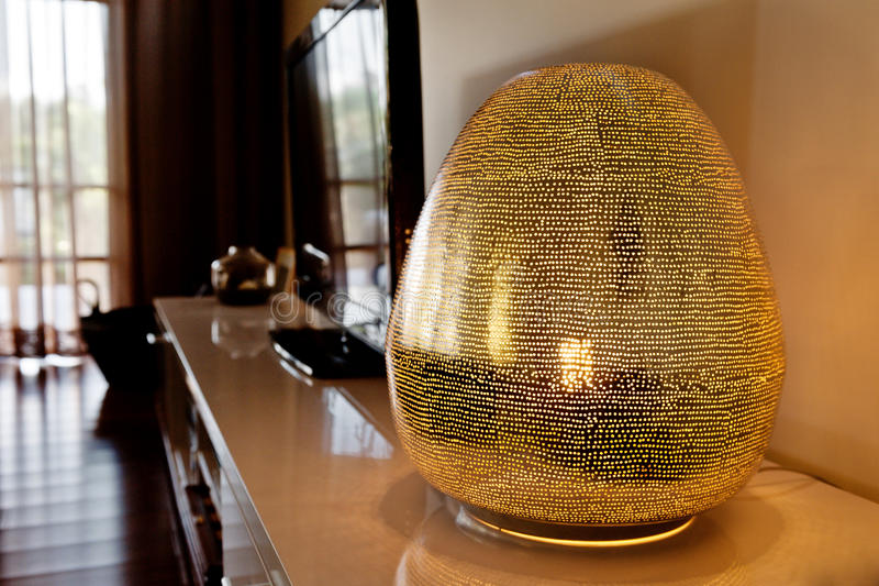 Lámpara moderna en una sala de estar imagen de archivo libre de regalías