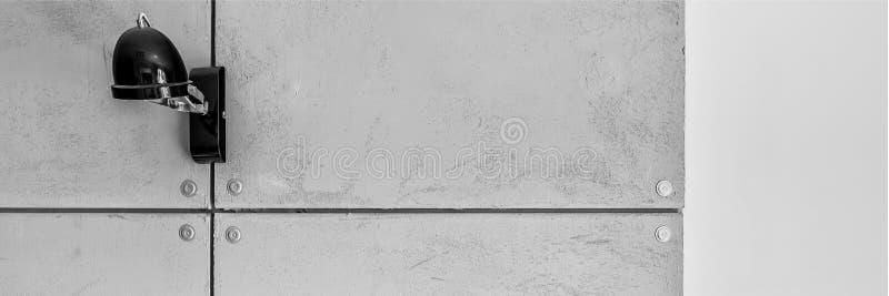 Lámpara negra en el muro de cemento imagen de archivo