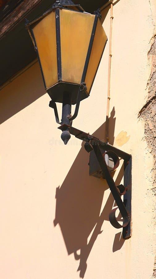 Lámpara oxidada vieja del vintage de la calle fotos de archivo