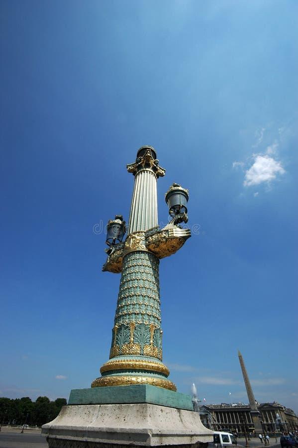 Lámpara pública en la plaza de la Concordia en París imagenes de archivo