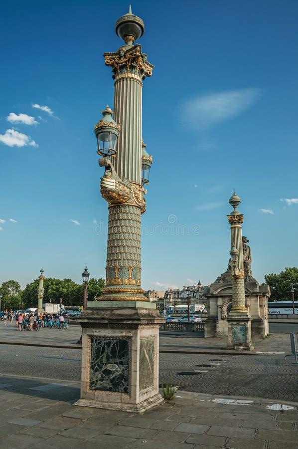 Lámpara pública rico adornada en la plaza de la Concordia en París imagen de archivo