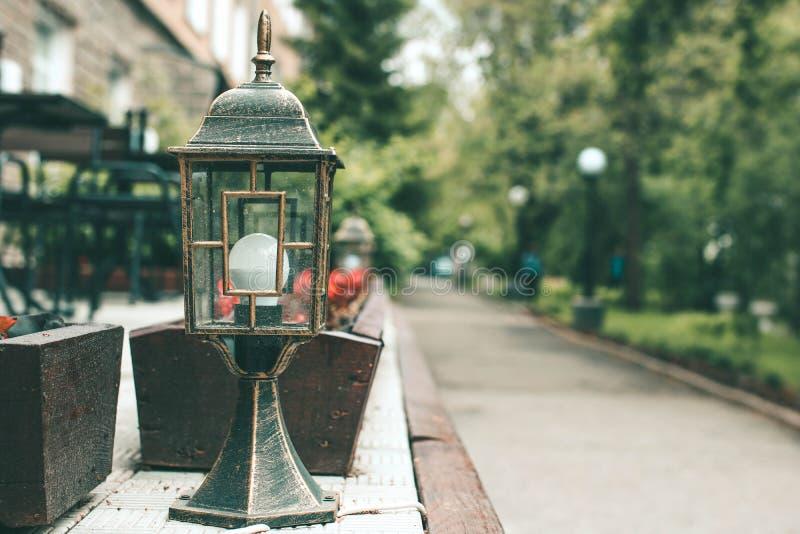Lámpara pasada de moda de la calle en la calle peatonal Calle que camina Blurred en el fondo imágenes de archivo libres de regalías