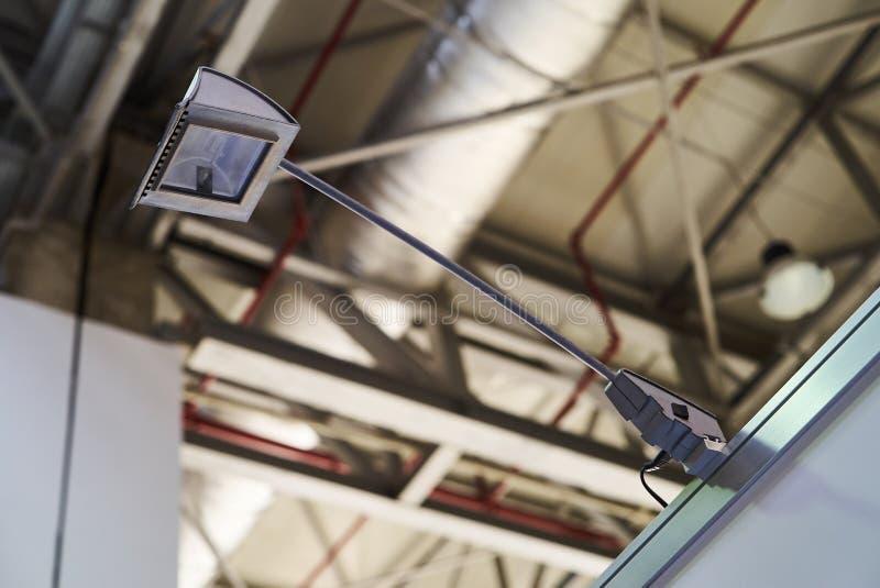Lámpara portátil de la fijación, iluminación del LED en un centro de negocio foto de archivo