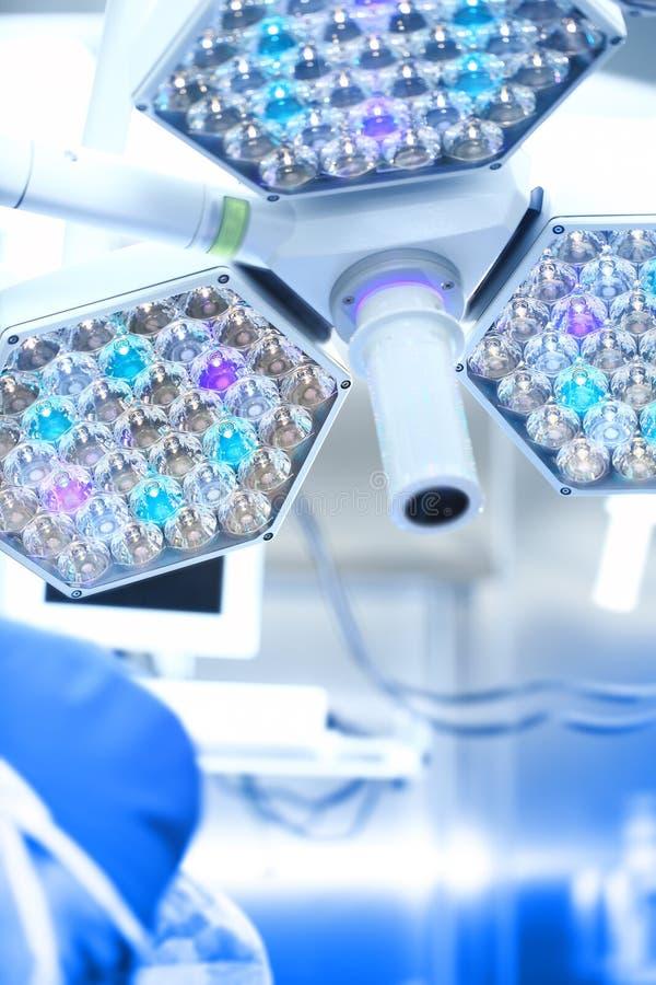 Lámpara quirúrgica en funcionamiento foto de archivo