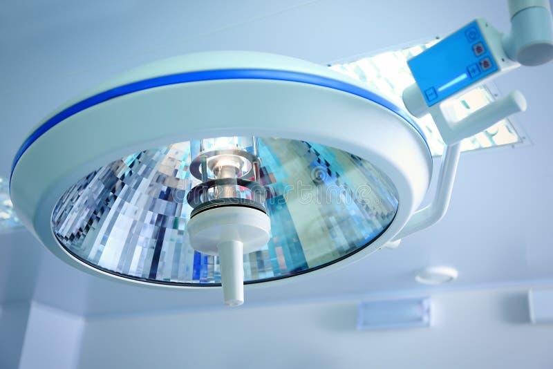 Lámpara quirúrgica en sala de operaciones imagen de archivo libre de regalías