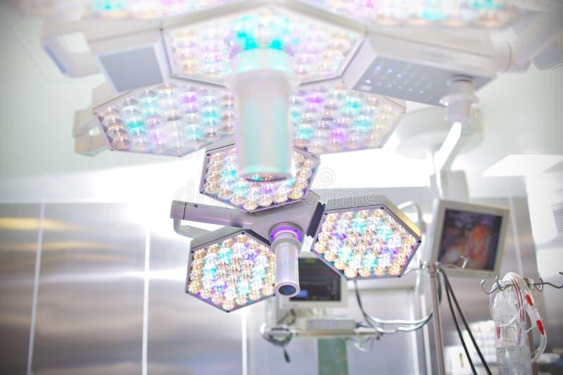 Lámpara quirúrgica en sala de operaciones imagenes de archivo