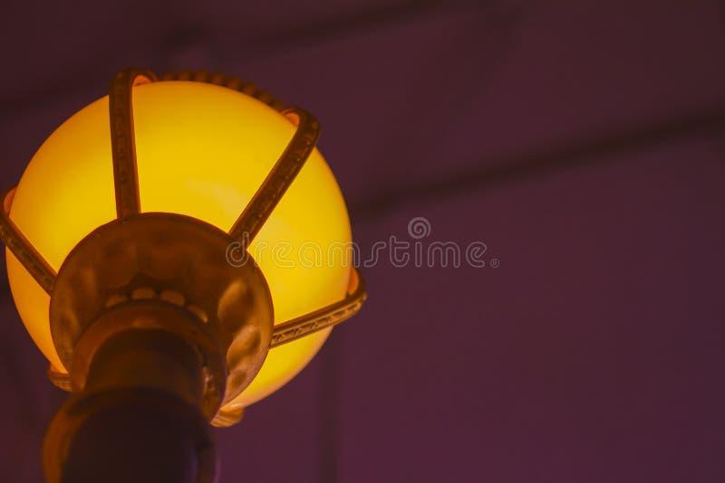 Lámpara retra hermosa de lujo de la luz de edison de la caída del techo elegante de la ronda sentarse foto de archivo libre de regalías
