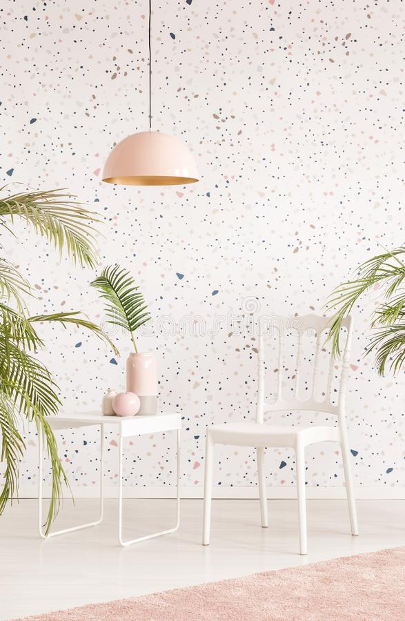 Lámpara rosada sobre la silla blanca y tabla en inte brillante de la sala de estar imágenes de archivo libres de regalías