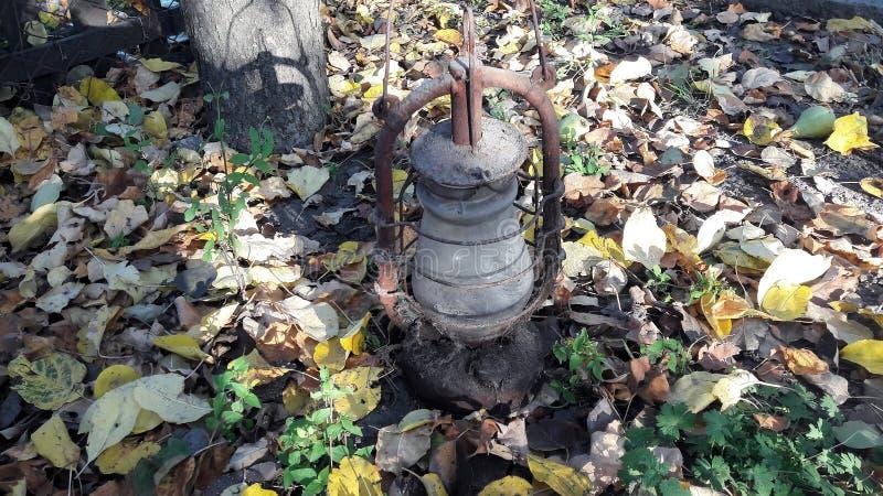 Lámpara vieja clásica Lámpara de keroseno polvorienta del vintage con el vidrio sucio y aherrumbrar foto de archivo libre de regalías