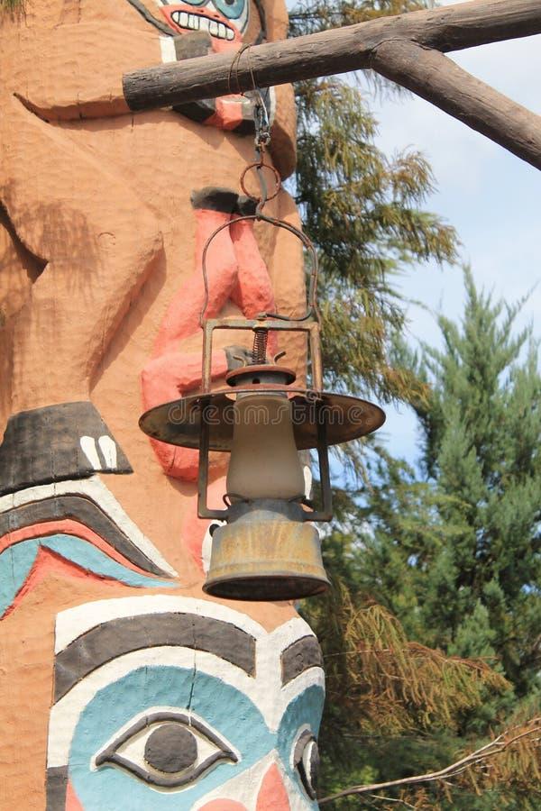 Lámpara vieja delante del tótem en Epcot fotos de archivo