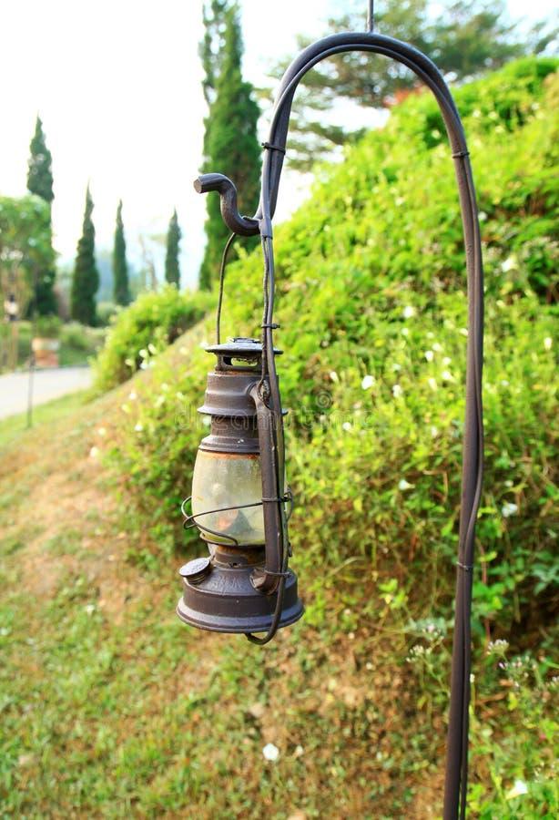 Lámpara vieja en la acera foto de archivo libre de regalías
