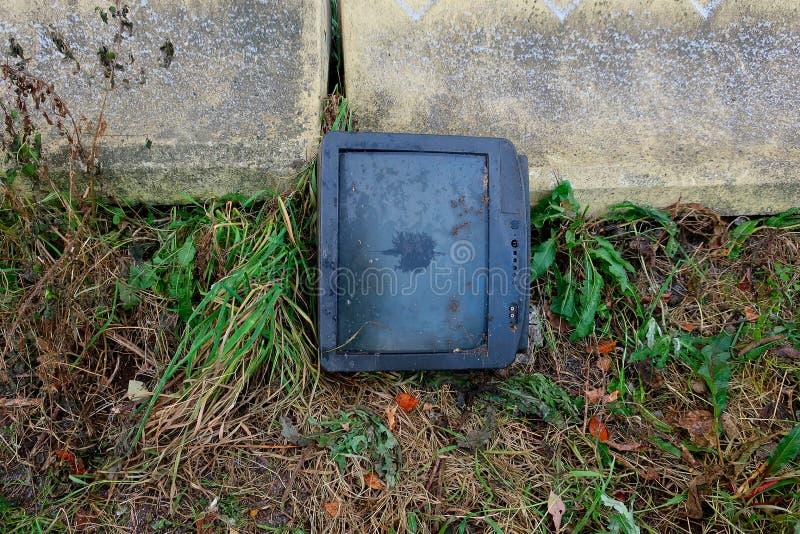 Lámpara vieja quebrada TV en el muro de cemento fotografía de archivo libre de regalías