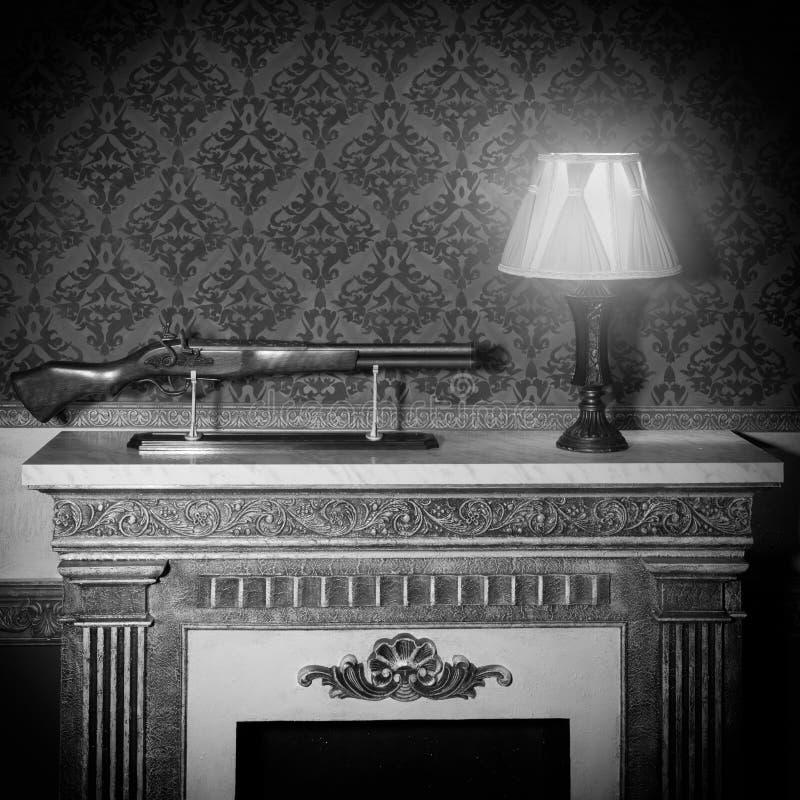 Lámpara vieja y un arma en interior rojo del vintage imágenes de archivo libres de regalías