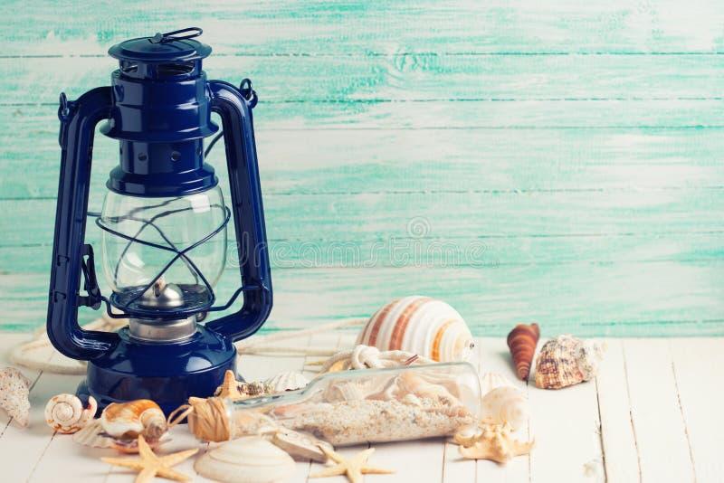 Lámpara y artículos marinos en fondo de madera fotografía de archivo libre de regalías