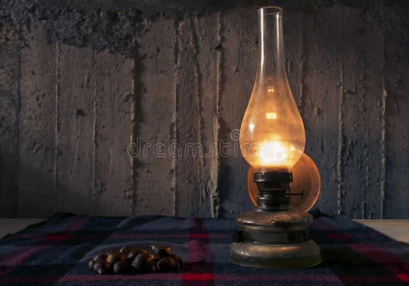Lámpara y castañas fotografía de archivo libre de regalías