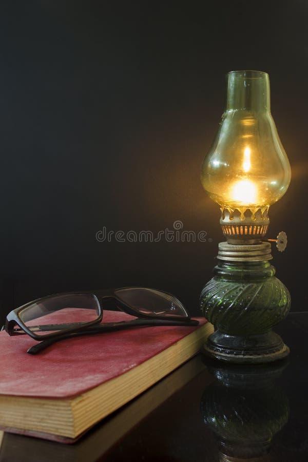 Lámpara y libro fotografía de archivo